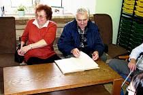 Olga Krmášková (vlevo) si Den otevřených dveří ZŠ Lubina o víkendu nemohla nechat ujít.