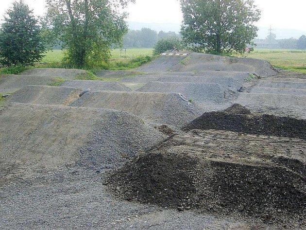 Dráha na 4X a BMX závod je v Mankovicích u hřiště perfektně nachystána.