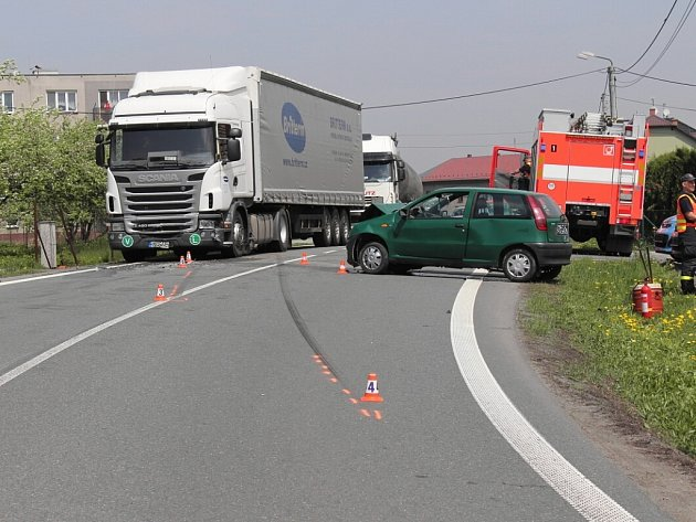 Řidič zeleného Fiatu usedl za volant i přesto, že měl zákaz řízení. Policisté to zjistili při šetření nehody, kterou výtečník způsobil.