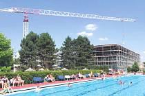 Na začátku srpna to byly přesně dva měsíce, co stavební firma převzala areál krytého bazénu v Novém Jičíně, aby realizovala nákladnou rekonstrukci za desítky milionů korun.