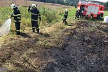 Požáru trávy v Jeseníku nad Odrou, místní části Blahutovice.