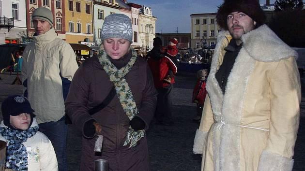 Lití olova bylo jedním z několika tradičních vánočních zvyků, které si mohli vyzkoušet návštěvníci příborského náměstí.