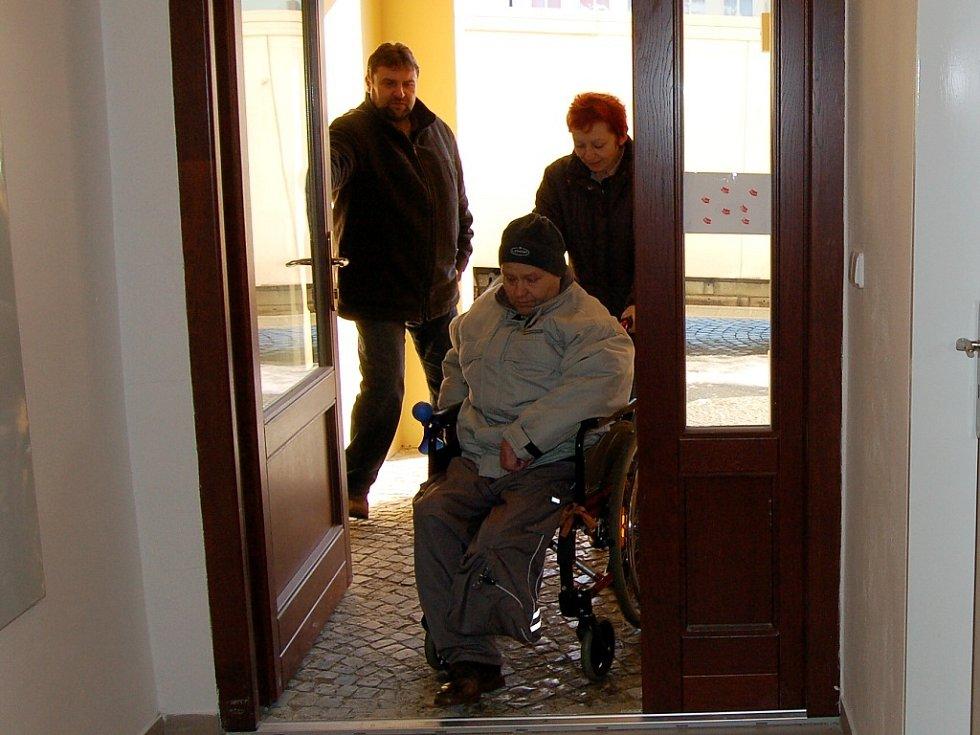 První hendikepovaný obyvatel v Bílovci, kterému se dostalo bytu přímo na míru, se může nastěhovat. Dříve nebytové prostory proměnilo město na bezbariérové bydlení.