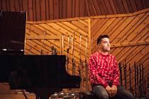 Klavírista Tomáš Kačo pokřtil v Praze svoji nahrávku moravskou pálenkou.