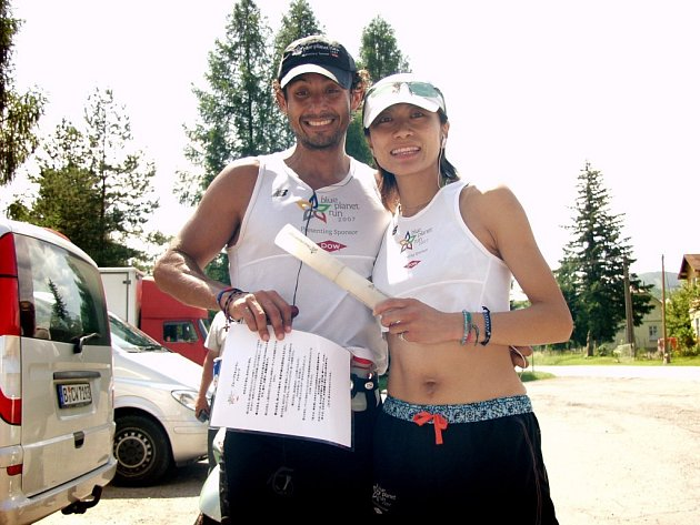 Guatemalan Victor Lara Ricco (vlevo) předal ve Frenštátě pod Radhoštěm štafetu Japonce Taeko Terauchi (vpravo). I zde tak běžci chtěli upozornit na nedostatek pitné vody ve světě.