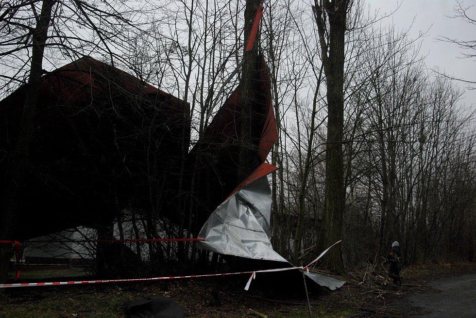 Zničená plechová střecha objektu v amfiteátru na Skalkách v Novém Jičíně.