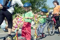 Překážková dráha, test z pravidel silničního provozu a nakonec sladká odměna. To všechno čekalo děti ve Fulneku v neděli 24. května na pátém ročníku Koloběžkiády.