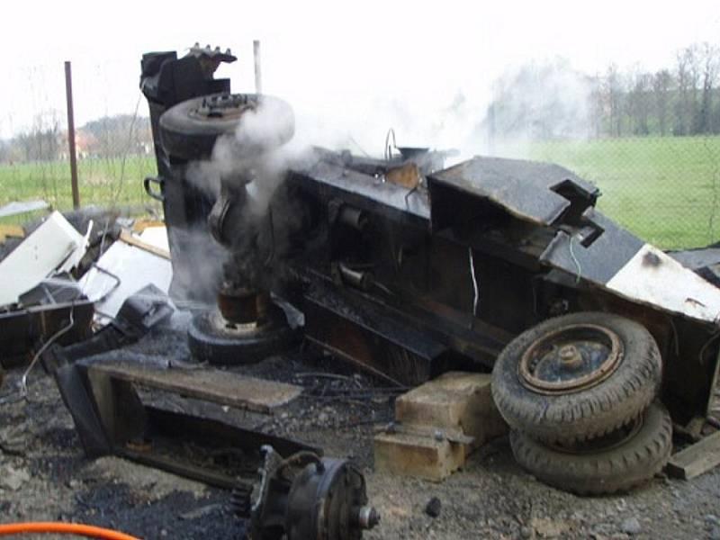 Požár bagru, který měl jít do šrotu, likvidovali v úterý hasiči v Jeseníku nad Odrou.