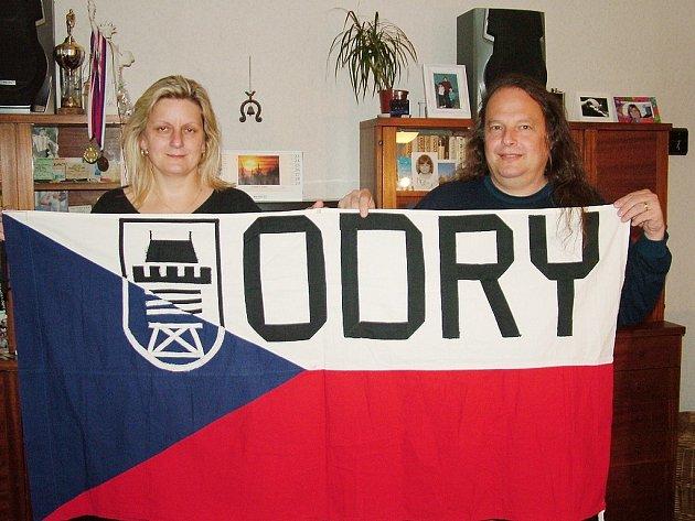 Yveta a Petr Marinovovi vyjeli do Moskvy s novou vlajkou. Tentokrát i se znakem města.