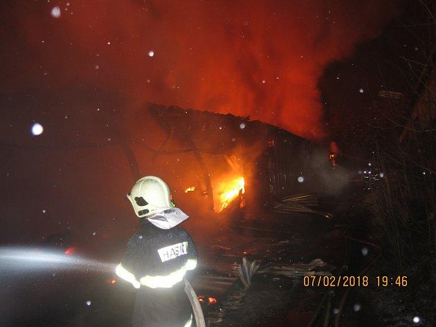 Zásah hasičů u požáru v Bordovicích komplikoval sníh a mráz.