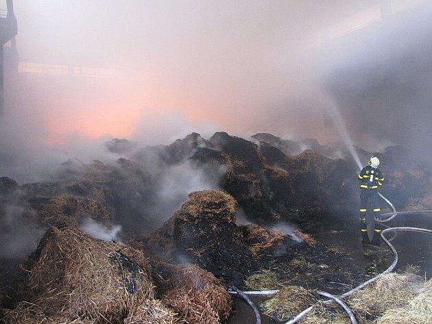 S požárem skladu slámy bojovali hasiči v neděli 12. srpna. Celková škoda přesáhla dva miliony korun.