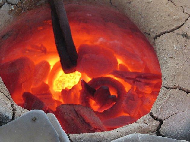 Tavení  mědi a bronzu jako za starých časů si vyzkoušelo v sobotu pod Trúbou ve Štramberku několik nadšenců.