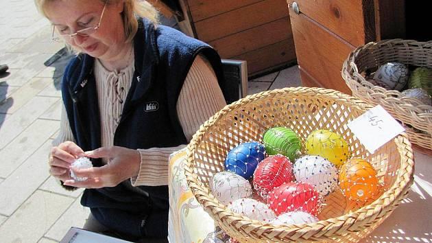 Velikonoční drátkovaná vajíčka a mnohá jiná si lze zakoupit na novojičínském jarmarku.