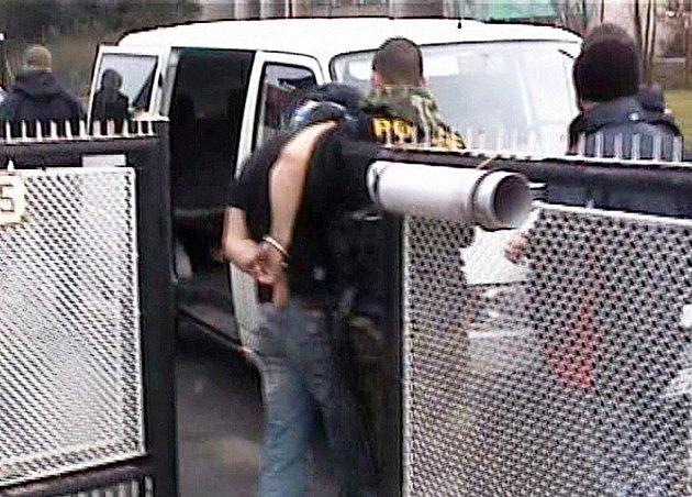 Zásahová jednotka Krajského ředitelství Policie Sm. kraje v Mniší na Novojičínsku vnikla do jednoho z rodinných domků, kde se 37letý muž ukrýval.