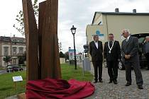 Sochař Jan Zemánek, starosta města Ivan Týle a předseda Klubu rodáků a přátel Nového Jičína Pavel Wessely odhalili památník slavným novojičínským rodákům.