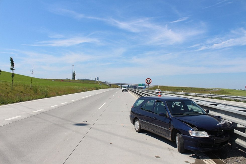 Nárazem do středových svodidel skončil úterní incident na silnici I/48 mezi Příborem a Frýdkem-Místek.