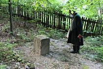 Drahomír Strnadel, předseda Matice radhošťské u základního kamene díla, které Albín Polášek nemohl dokončit.