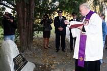 Pamětní desku připomínající, že na místě dnešního Parku osvobození stával 128 let hřbitov, odkryli ve středu 2. listopadu ve Frenštátě pod Radhoštěm.