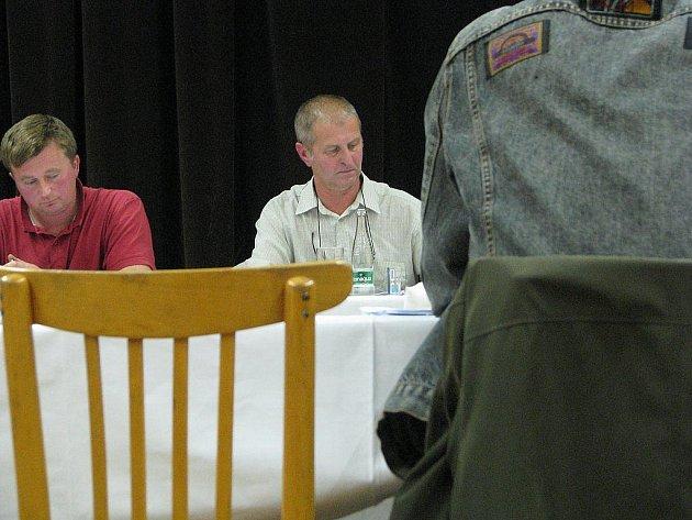 Jaroslav Petržela (uprostřed) zakončil své účinkování na úřadě s tučnou odměnou.