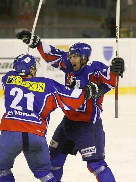 Hokejisté Martin Kabeláč (vpravo) a Kamil Glabazňa dali Bobrům po brance a zařídili Novému Jičínu dva body.