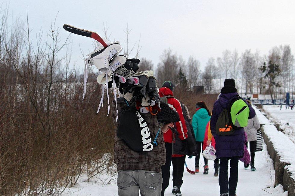 Desítky lidí využily ledu na přehradní nádrži Větřkovice u Kopřivnice a vyrazily si v úterý 16. února odpoledne zabruslit. Pár odvážlivců se také vykoupalo.