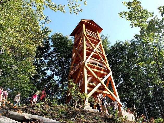 Dřevěná vyhlídka je vysoká necelých třináct metrů a má do kopřivnických lesů přitáhnout turisty.