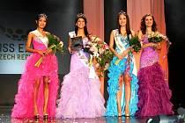 Kolumbijka Paula Alejandra Gonzalez (druhá zleva) žije již dva roky trvale v Novém Jičíně. Minulý čtvrtek se stala Miss Expat 2012, tedy nejkrásnější cizinkou žijící v České republice.
