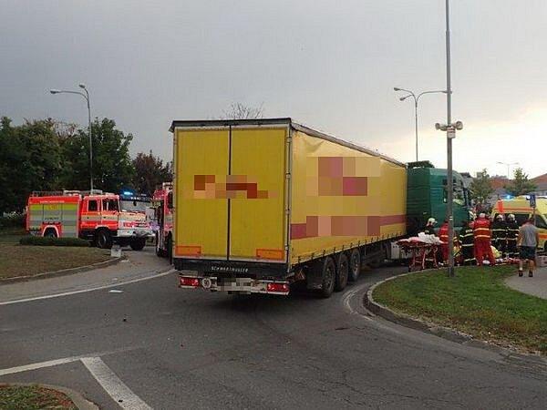 VNovém Jičíně, na jednom zkruhových objezdů na ulici Sokolovské, hasiči vyprošťovali cyklistu uvízlého pod koly nákladního automobilu.