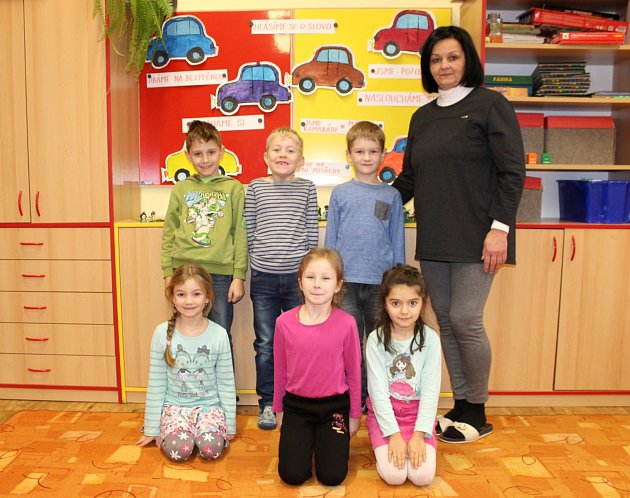 Prvňáčci ze Základní školy vJeseníku nad Odrou spaní třídní učitelkou Hanou Mickovou.