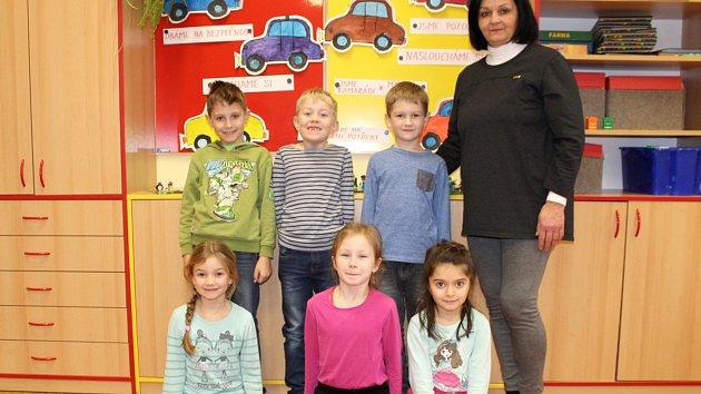 Prvňáčci ze Základní školy v Jeseníku nad Odrou s paní třídní učitelkou Hanou Mickovou.