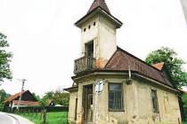 Věžička je dominantou obce Rybí.