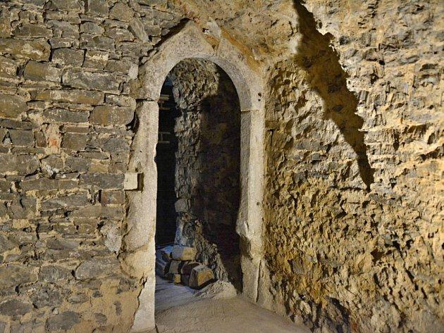 Nejen kamenné portály na zámku v Bílovci prokouknou. Práce budou stát téměř milion korun.