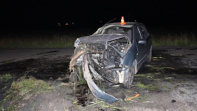 Opilý řidič měl velké štěstí, že vyvázl z nehody bez zranění. Auto je na odpis.