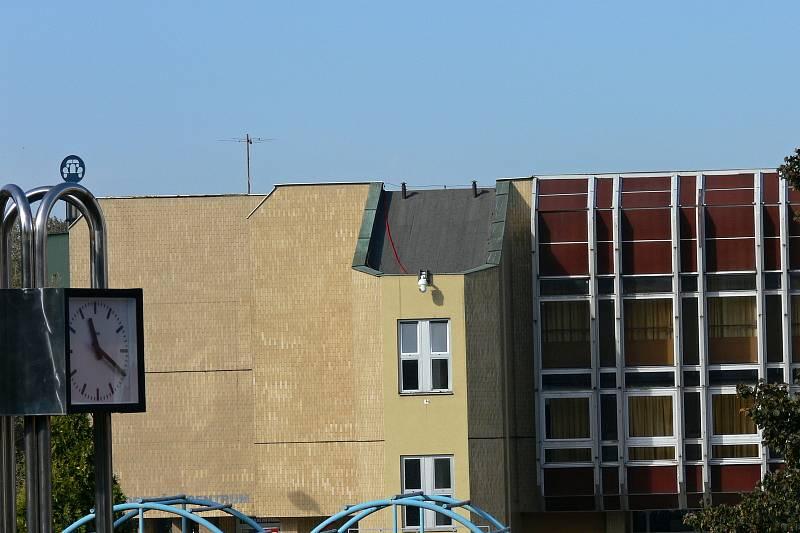 Do kulturního domu v Kopřivnici zatéká natolik, že město musí situaci urychleně řešit. Říjen 2021.