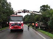 Během vyprošťování vozidla z příkopu hydraulickou rukou Bizona byla silnice mezi Bílovcem a Bravanticemi neprůjezdná.