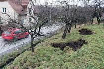 Tuny zeminy, včetně ovocných stromů, se trhají na svahu nad silnicí na okraji Hájova, místní části Příbora.