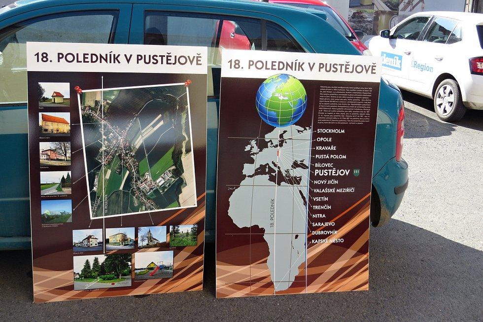 Nedávno v Pustějově nainstalovali na několika místech rozcestník s 18. poledníkem.