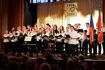 V průběhu slavnostní akce zazpívaly zaplněnému sálu pěvecké sbory z Bílovce.