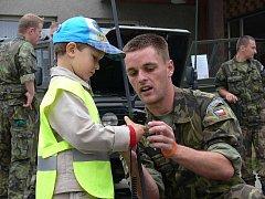 Speciální prohlídku armádní techniky pořádali v rámci Dnů NATO ve čtvrtek 17. září vojáci pro děti z mošnovské základní a mateřské školy.