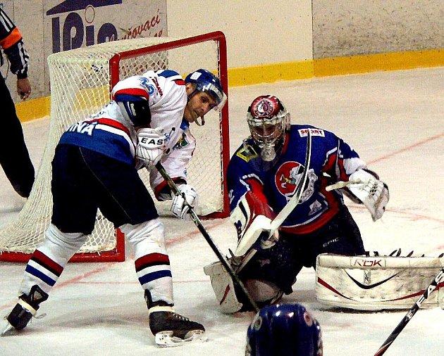 Zatím jediné vítězné utkání před vlastním publikem odehráli hokejisté Nového Jičína proti HC Plus Oil Karviná.