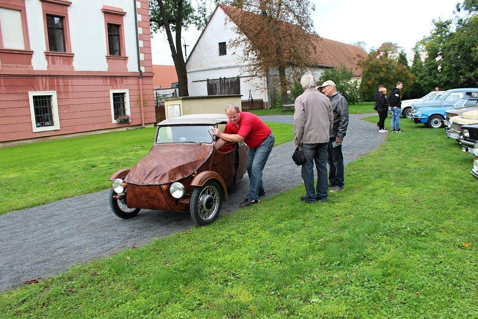 Desítky majitelů automobilových a motocyklových veteránů se sjely do areálu zámku v Kuníně, aby odtud vyrazily na 9. ročník Svatováclavské vyjížďky.