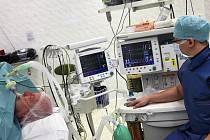 Kanylu doktoři zavádějí pacientům při závažnějších operacích. Ilustrační foto.