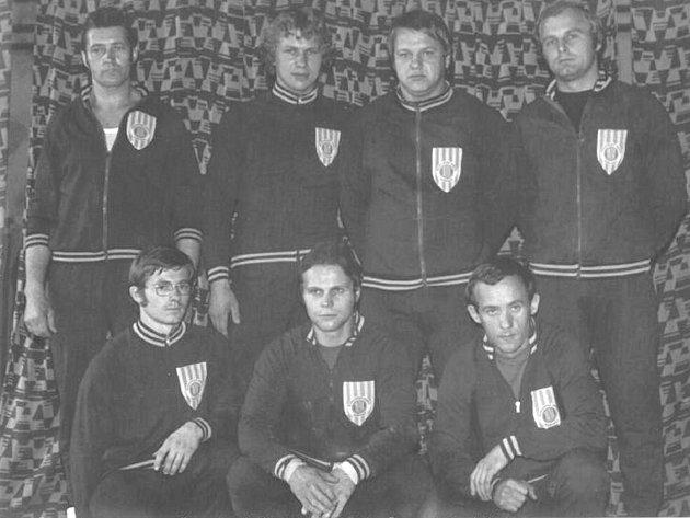 Kopřivnické družstvo mužů ve 2. lize z roku 1976. Nahoře zleva: Trenér L. Kašpárek, D. Řehák, Z. Dlouhý, V. Kozel. Dole zleva: J. Rylko, I. Macíček, O. Mácha.