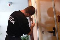 Strážníci městské policie zdarma namontovali bezpečnostní řetízky na dveře seniorům.