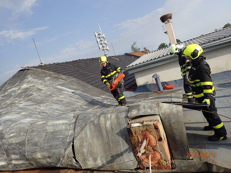V Jeseníku nad Odrou v pátek dopoledne museli hasiči odstraňovat větrem poškozenou část střechy kulturního domu.