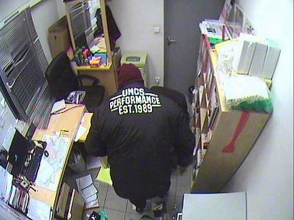 Policisté pátrají po totožnosti dvou lupičů. Jeden znich měl na sobě specifické oblečení.