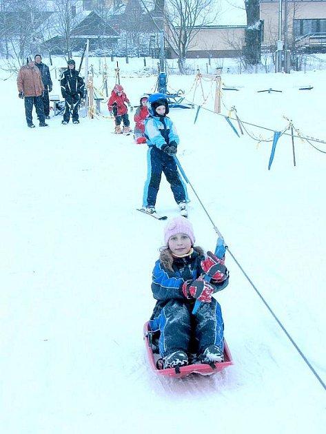 Dětský vlek je při příznivých sněhových pomínkách otevřen v Mořkově každý den.