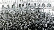 Tisíce lidí přišly 27. listopadu na náměstí v Novém Jičíně, aby podpořily požadavky studentů a Občanského fóra. Mezi nimi bylo i mnoho komunistů.