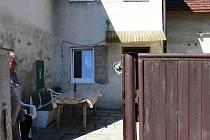 Na fasádě domu Jaroslava Cába je dodnes patrné, kam až sahala při loňské povodni voda.