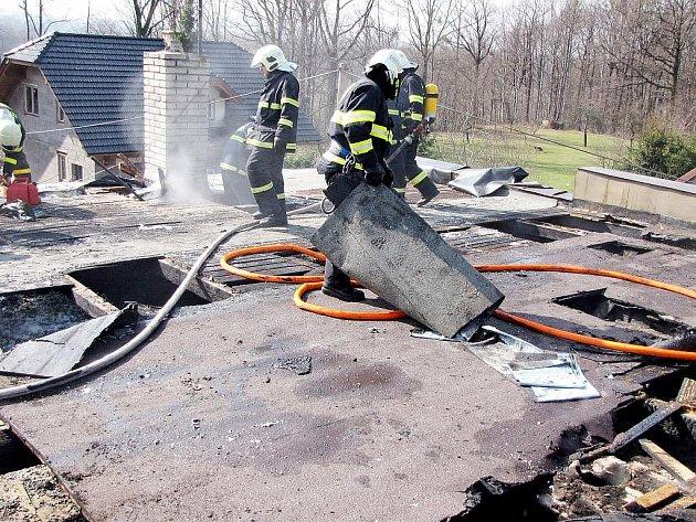 Čtyři jednotky hasičů zaměstnal požár ploché střechy rodinného domu v Lubině u Kopřivnice, která se vzňala při opravě asfaltové lepenkové krytiny.